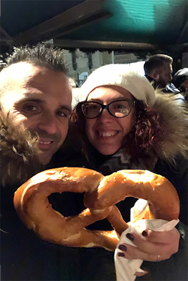 Umberto e Marilisa Mangiano il Tipico Bretzel nel Mercatino di Maria- Theresien- Platz